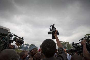 Grupo de jornalistas em Kinshasa, capital da República Democrática do Congo