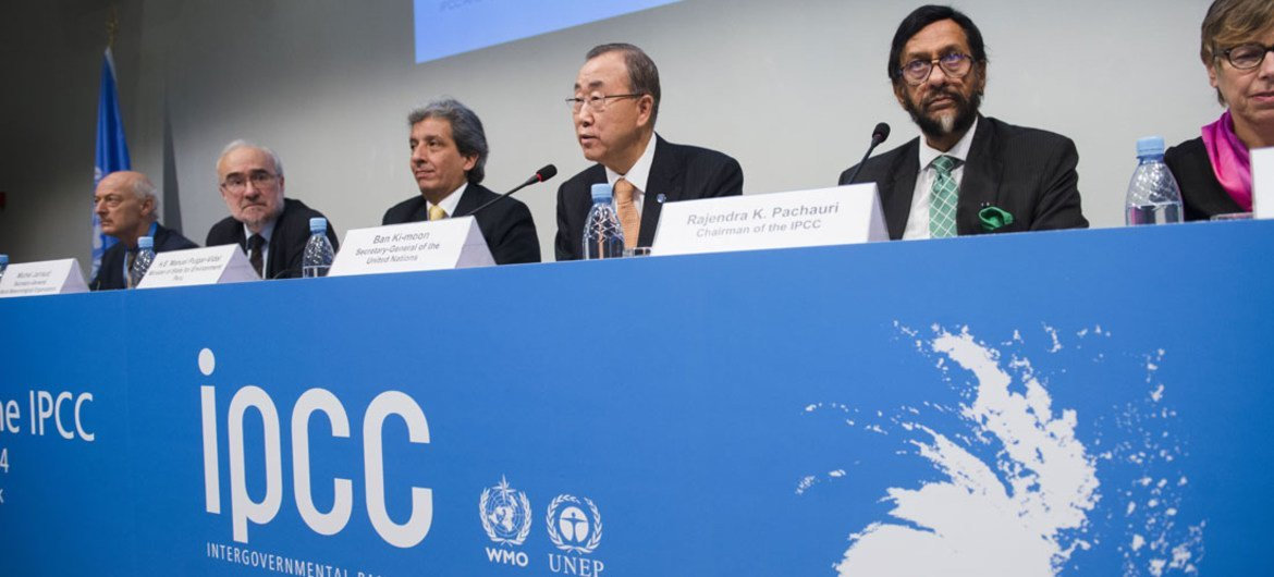 Participants at press conference to launch Synthesis Report of the Intergovernmental Panel on Climate Change (IPCC), including (centre) UN Secretary-General Ban Ki-moon and IPCC Chairman Rajendra Pachauri. Copenhagen, Denmark (2 November 2014)