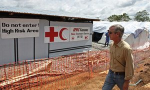Anthony Banbury, head of the UN Mission for Ebola Emergency Response (UNMEER), views an International Federation of Red Cross and Red Crescent Societies (IFRC) Ebola Treatment Centre in Kenema, Sierra Leone. (November 2014) UNMEER Photo/Ari Gaitanis