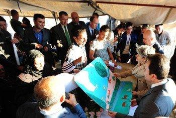 La Directrice-générale de l'UNESCO, Irina Bokova (deuxième à droite) visitant le camp de Baharka pour personnes déplacées près d'Erbil, en Iraq. Photo ONU Iraq