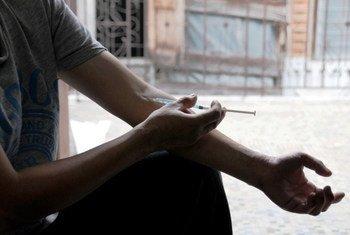 泰国一位注射毒品者在非政府组织的帮助下用安全的注射器在注射一种安慰剂。