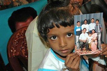 Criança segura foto de familiares desaparecidos no Sri Lanka