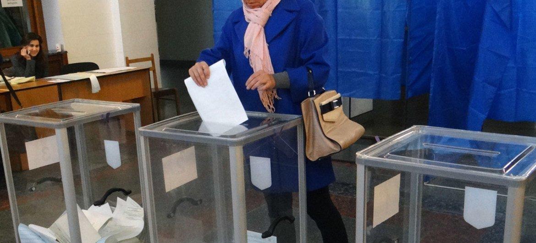 Une électrice vote à Kiev lors des élections législatives en Ukraine le 26 octobre 2014.