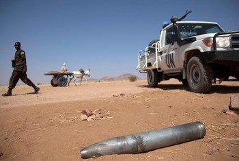 Un obus non explosé sur la route entre Tabit et Shangil Tobaya, dans le nord du Darfour.