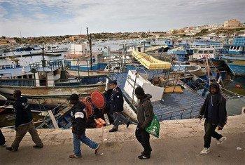 Migrantes llegando a Italia por vía marítima desde Libia. Foto de archivo: ACNUR/F. Noy