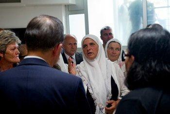 Lors d'une visite en juillet 2012 au mémorial pour les victimes du massacre de 1995 à Srebrenica, le Secrétaire général de l'ONU, Ban Ki-moon (dos à la caméra) se réunit avec des familles de victimes. Photo : ONU / Eskinder Debebe (archives)