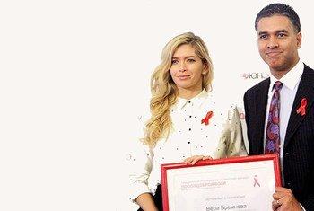 Виней Салдана (справа) с известной певицей Верой Брежневой. Она, как посол доброй воли ЮНЭЙДС, помогает бороться с ВИЧ в России.
