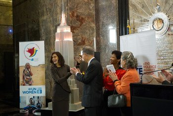 Le Secrétaire général Ban Ki-moon, son épouse Yoo Soon-taek, et la Directrice exécutive d'ONU Femmes, Phumzile Mlambo-Ngcuka, lors du lancement de la campagne pour l'élimination de la violence à l'égard des femmes.