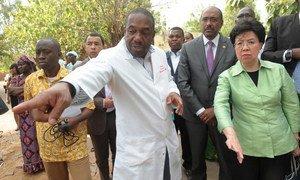Le Directeur exécutif d'ONUSIDA, Michel Sidibé (deuxième à droite) et la Directrice générale de l'OMS, Dr. Margaret Chan (à droite) lors d'une visite au Mali. Photo ONUSIDA