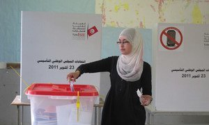 Une tunisienne vote.