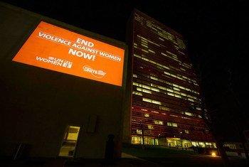 """资料图片:联合国纽约总部响应""""橙化全球""""倡议,预防对妇女和女童的暴力侵害。图片来源:联合国/E. Debebe"""