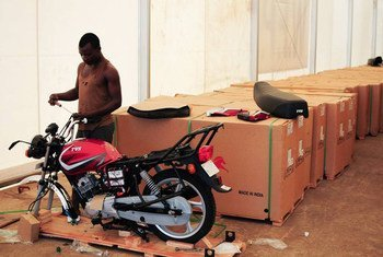Ghanaian workers have been assembling 400 motorbikes which Germany will hand over on 1 December 2014 for the Ebola Response.