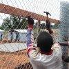 Trabajadores en centro de cuidados para el ébola. Foto: UNICEF/John James