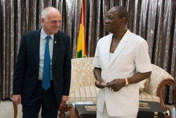 David Nabarro y Alpha Condé, presidente de Guinea. Foto de archivo: UNMEER