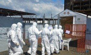 Des travailleurs de santé portant des équipements de protection dans un centre de traitement d'Ebola à Monrovia, au Libéria.