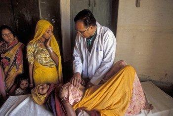 Cuidados sanitarios para la mujer en la India  FotoWorld Bank/Curt Carnemark: