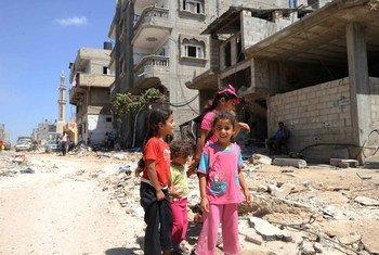 Des Palestiniens dans les ruines de Gaza. Photo : UNRWA/Shareef Sarhan