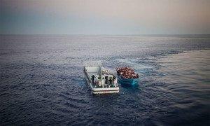 Risquant leurs vies pour atteindre l'Europe depuis l'Afrique du Nord, une embarcation chargée de personnes, la plupart d'entre eux ayant besoin d'une protection internationale, sont secourus par la marine italienne (archives).