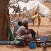 Mwanamke aliyefurushwa Kaskazini mwa Mali ukanda wa Sahel akiwa katika makazi ya muda karibu na kituo cha basi Mopti