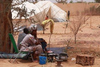 Une femme déplacée du nord du Mali, dans la région du Sahel, attend dans un abri temporaire près de la gare routière principale de Mopti. (archive)