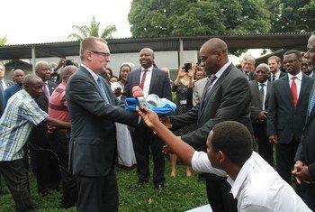 En décembre 2014, cérémonie de clôture du BNUB avec le  Secrétaire général adjoint des Nations Unies aux affaires politiques, Jeffrey Feltman. La MENUB succède à la BNUB. Photo : BNUB
