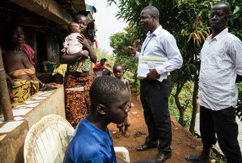 Disease Surveillance Officer Sahr Brima Sewa visits a family in Moyinba, Sierra Leone, that has just lost a relative suspected of Ebola. UNMEER/Martine Perret
