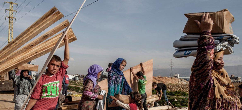 Сирийские беженцы обустраиваются в Ливане. Самых уязвимых переселяют в третьи страны, в том числе в Великобританию, которая радушно принимает людей, бежавших от войны.