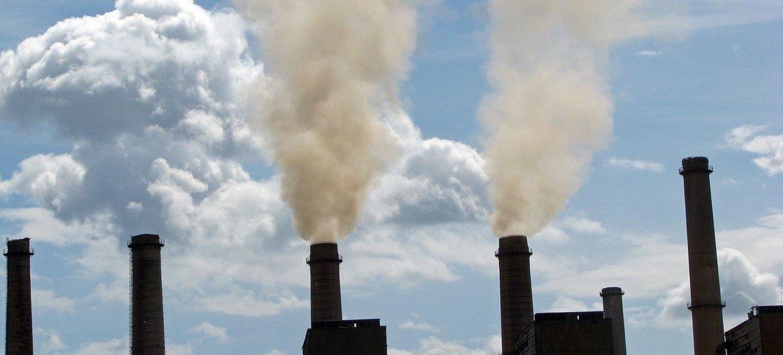 Les cheminées d'une centrale électrique au charbon au Kosovo
