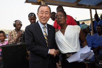 Le Secrétaire général Ban Ki-moon salue Rebecca Johnson, une infirmière ayant survécu à Ebola. Photo : ONU/Martine Perret
