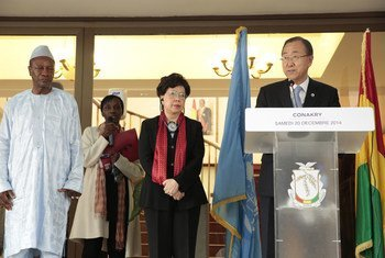 Secretary General Ban Ki-Moon (r), with Dr. Margaret Chan, Director General, World Health Organization (WHO) (c), with Guinean President Alpha Condé (l) in Conakry. December 2014.