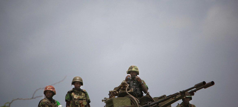 Des soldats de la paix de l'Union africaine et de l'ONU à Mogadiscio, en Somalie. Photo : UA-ONU IST/Stuart Price
