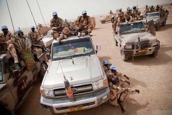 Des Casques bleus patrouillent les rues de Tessalit, au nord du Mali. Photo : MINUSMA/Marco Dormino
