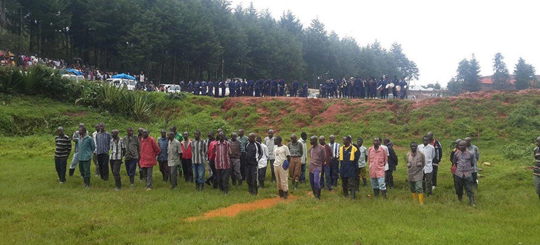 Des ex-combattants des FDLR ayant volontairement rendu les armes auprès de la MONUSCO dans le Sud-Kivu lors de la cérémonie de reddition le 28 décembre 2014. Photo : MONUSCO/Serge Kasanga