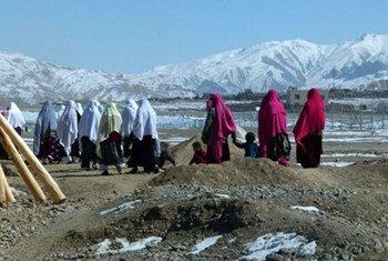 Des femmes et des enfants en chemin pour assister à une cérémonie de mariage en plein hiver à Bamiyan, en Afghanistan. Photo : MANUA/Aurora V. Alambra