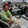 Una mujer trabaja en una planta textil en Sihanoukville, Camboya. Foto: Banco Mundial/Chhor Sokunthea