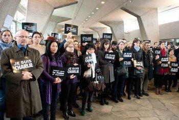 Des employés au siège de l'UNESCO rendent hommage aux victimes de l'attaque contre le journal Charlie Hebdo. Photo UNESCO/Nora Hougenade