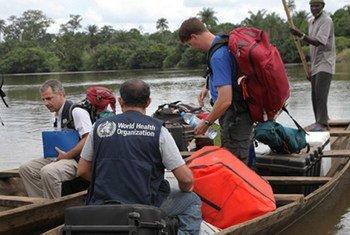 Des scientifiques d'un laboratoire mobile de l'OMS au point de passage entre la Guinée et la Sierra Leone, deux des pays les plus touchés par l'épidémie d'Ebola en Afrique de l'Ouest. Photo : OMS/Saffea Gborie