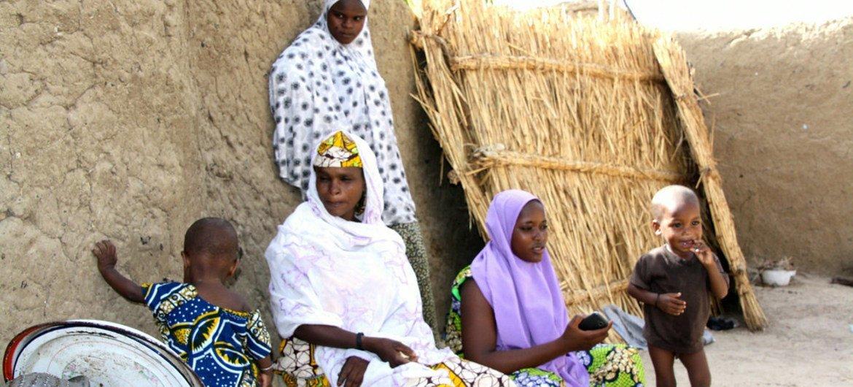Un groupe de réfugiés à Diffa, au Niger, ayant fui la violence de Boko Haram au Nigéria. Photo OCHA/Franck Kuwonu