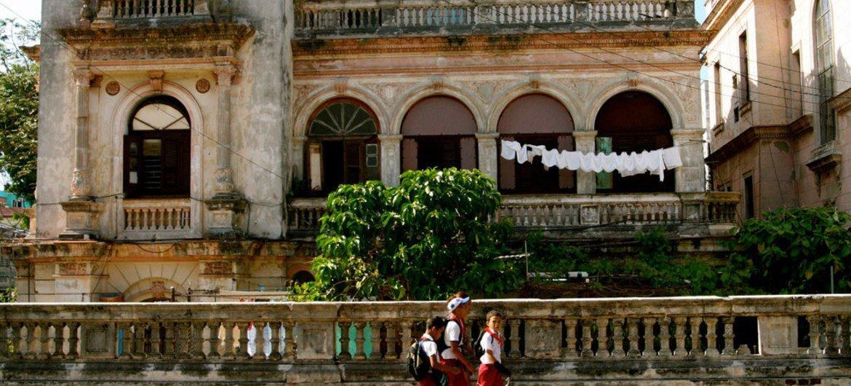 Crianças a caminho da escola em Havana, Cuba