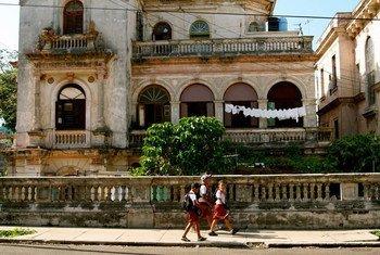 Niños se dirigen a la escuela en La Habana. Foto: Radmilla Suleymanova