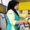 Une femme faisant le plein d'essence en Malaisie. Photo Banque mondiale/Nafise Motlaq