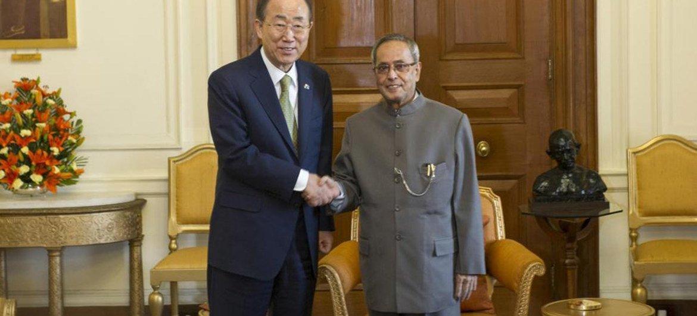 Secretary-General Ban Ki-moon (left) meets with Indian President Pranab Mukherjee.
