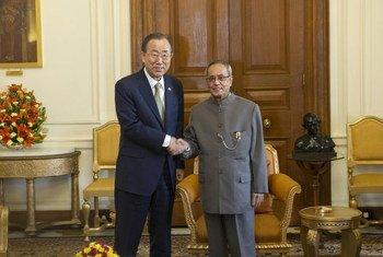 Secretario General de la ONU, Ban Ki-moon (izquierda) con el Presidente de la República de la India, Pranab Mukherjee.Foto ONU/Mark Garten