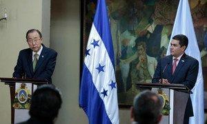 Le Secrétaire général Ban Ki-moon (à gauche) avec le Président du Honduras, Juan Orlando Hernandez. Photo ONU/Evan Schneider