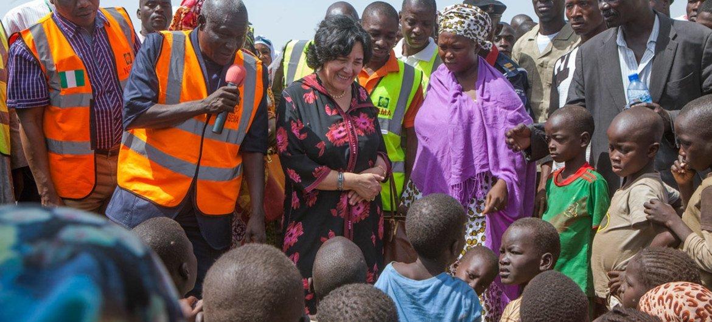 La Représentante spéciale pour les enfants et les conflits armés, Leila Zerrougui (troisième à partir de la gauche) lors d'une visite à Yola, au Nigéria. Photo : ONU/Andrew Esiebo