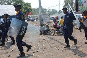 刚果(金)警察在2015年1月出现与选举相关的抗议后,在金沙萨街头维持秩序。联合国刚果(金)特派团资料图片。
