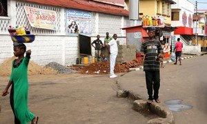 Une scène de rue à Freetown, en Sierra Leone, l'un des trois pays d'Afrique de l'Ouest gravement touchés par l'épidémie d'Ebola. Photo : Banque mondiale/Dominic Chavez
