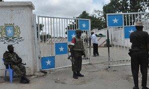 Des soldats de la paix de la Mission de l'Union africaine en Somalie (AMISOM) gardent le palais présidenitel dans la capitale somalienne Mogadiscio. Photo : AMISOM