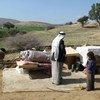 Palestinos desplazados con sus pertenencias, tras la demolición de sus casas en Ein Al Hilwa en el valle del Jordán el 30 de enero de 2014.