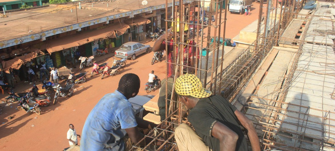 A construction crew at work in Kankan, Guinea, as part of UNDP's efforts to ensure early recovery from the Ebola outbreak.